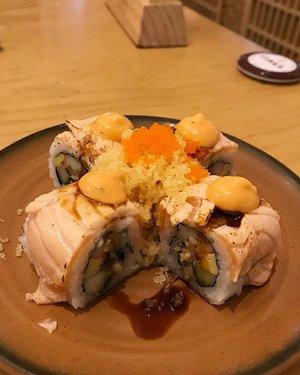 Sushi Throwback last Saturday with my @jessicalinggar #sushi #sushitime #sushibar #sushitei #nomnom #japanesefood #yummy #clozetteid