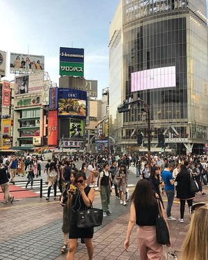 The famous Shibuya Crossings makes me dizzy #shibuya #shibuyacrossing #japan #tokyo #pictureoftheday #travel #travelling #travelstyle #travelblogger #travelphotography  #cityview #clozetteid