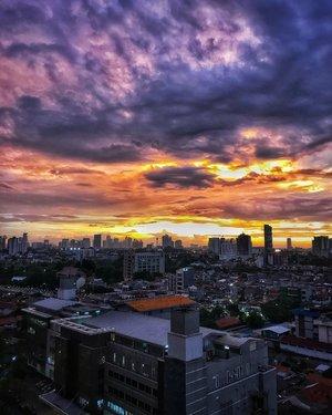 Gothic Sky ☁️☀️🔥💥 #sky #skyline #skyphotography #sky_brilliance #clouds #cloudscape #instagram #instagood #instadaily #instamood #clozetteid #friyay #tgif