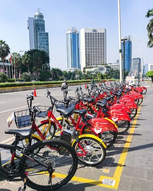 The most interesting part of doing morning walk is the photo hunting... the red bikes lined up, waiting to be ride, the blue sky, and the tall building,surrounding the heart of Jakarta city ❤️ #happysunday #sunday #sundayfunday #sundayvibes #jakarta #jakartahits #clozetteid #instagram #instadaily #instagood #instatravel