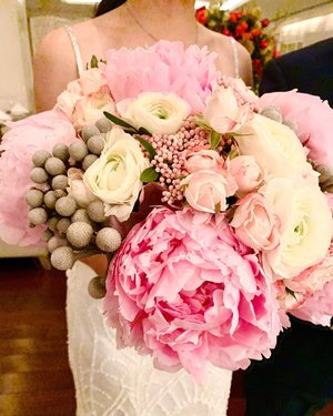 My beautiful soft pink peonies bouquet pictured by my bestfriend @angelajessicat ❤️ thanks AJ for the 📸 and many many many thanks to Sheila @labloomflorist who made this beautiful, artsy, not too much but soooooo beautiful wedding bouquet for me... i'm so happy with my bouquet #reubentessawedding #reubentessa #peonies #peoniesbouquet #peoniesaremyfavorite #weddingbouquet #bouquet #clozetteid