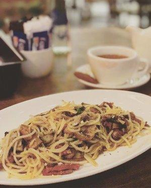 aglio olio spaghetti to celebrate TGIF and the long weekend ❤️❤️ #aglioolio #spaghetti #baconandbeef #food #foodism #foodporn #foodie #foodporn #clozette #clozetteid #femaledaily