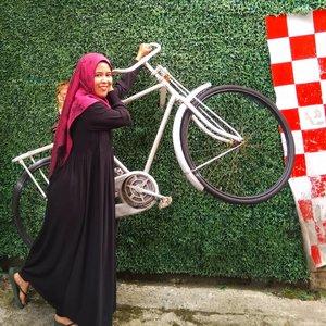 🎤 I want to ride my bicycle I want to ride my 🎶 . 🚴 Ada yang udah nonton Bohemian Rhapsody? Saya belum 😁 . 🚴 Katanya filmnya keren banget, ya? . 🚴 Siapa fans Queen di sini? . #clozetteid #bloggerperempuan #queen #me #beautiful #hijabersindonesia #woman #hijaber #photooftheday #happy