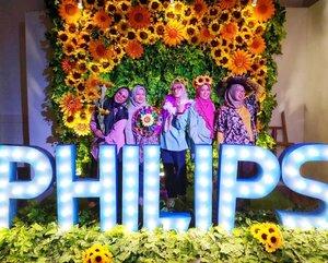 🌻 Produk Philips selalu mengeluarkan inovasi terbaru. Kali ini, lampu LED yang terinspirasi dari biji bunga matahari dengan teknologi Interlaced Optic..🌻 Penasaran seperti apa inovasinya? Sudah saya publish di blog, ya. https://www.kekenaima.com/2018/11/inovasi-terbaru-lampu-philips-led.html.🌻 Btw, di foto saya kayak seragaman ma @ellynurul? 🤭.📸 by @kurniaameliaa 😍.@philipsberbagiterang @signifycompany #cahayanyamandimata #terangnyamerata #signifyindonesia #philipslighting