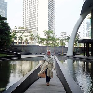 Udah berbulan-bulan gak menyapa gedung-gedung di Jakarta. Saya jadi orang rumahan banget sejak pandemi 🤭..Ayo pada disiplin dengan #protokolkesehatan. #pakaimasker mu, #jagajarakdulu, dan rajin #mencucitangan. .Orang introvert kayak saya juga mulai kangen nih pengen keliling-keliling 😄. Wabah segera pergi, ya!.#jalanjalankenai #jakarta #clozetteid #bloggerindonesia #bloggerperempuan #emak2blogger #kangenjalanjalan #maukemana