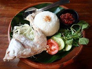 Pertama kali cobain Ayam Ingkung di resto Oemah Djowo, Jogjakarta. Sekitar 1,5 tahun yang lalu.  . Makanan khas Jogja ini ternyata rasanya enak banget. Kalau ke Jogja, kayaknya mau cobain Ayam Ingkung lagi.  . Indonesia memang kaya akan kuliner daerah, ya. Nah, makanan khas Indonesia apa yang paling disuka/dikangenin? . #ayamingkung #jalanjalankenai #clozetteid #bloggerperempuan #emak2blogger #makananindonesia #kulinerjogja #jalanjalandijogja #jogja #jogjakarta #foodblogger #foodies