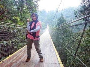 Uji Nyali di Situgunung Suspension Bridge . @situgunungsuspensionbridge merupakan jembatan gantung terpanjang di Asia Tenggara. Berada di ketinggian 161 meter dari permukaan. . Cerita #jalanjalankenai ke #situgunungsuspentionbridge sudah publish di blog. Cek bio untuk linknya. . @situgunungpark  #clozetteid #bloggerperempuan #emakblogger #travelblogger #wanderlust #familytrip #liburananak #jembatangantungsitugunung #situgunung