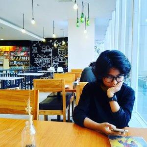 Ini nge-date saya untuk kesekian kalinya dengan Nai. Asik lho sesekali nge-date dengan salah satu anak aja.  Kali ini, kami ngopi di @coficozy. Ngopi di toko buku? Unik juga.  Ulasan Ngopi di Cofi udah saya tulis di blog https://www.jalanjalankenai.com/2019/01/ngopi-di-cofi.html  #cofi #jalanjalankenai #coffeeshop #daughter #family #bloggerindonesia #bloggerperempuan #clozetteid #coffee #travelblogger #familytime #gramedia