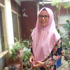 HOW DO I LOOK? 🧕 Seumur-umur gak pernah pakai kacamata. Begitu pakai, lensa progressive. 😅.🧕 Etapi, gak hanya kacamata. Hijab saya juga baruuuuu. Selama ini saya lebih sering pakai pashmina. Abis  menemukan hijab segi empat yang sreg agak susah. Nah hijab segiempat @ianduapparel tuh nyaman, deh. Kainnya lembut dan jatuhnya ke wajah saya berasa pas..🧕 Cek blogpost terbaru saya juga tentang #ianduapparel dan Tips Menggunakan Hijab Segi Empat untuk yang Berkacamata https://www.kekenaima.com/2018/07/tips-memakai-hijab-segi-empat-untuk-yang-berkacamata.html.#ianduapparel #squarehijab #hijabsegiempat #hijaber #me #selfie #clozetteid #beautiful #photooftheday #hijab #blog #blogpost #tips #kerudung #woman
