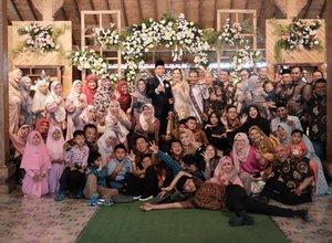 Selalu senang bisa kumpul keluarga besar. Semoga selalu kompak. Aamiin. . Next, bikin liburan bareng? 😁 . #wedding #resepsipernikahan #clozetteid #bilikkayuresto #jogjakarta #familyphotography #happyfamily #jalanjalankenai  #happywedding