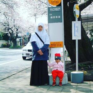 Naik Bis di Jepang Salah satu transportasi umum yang ada di Jepang, selain taksi adalah bis. Selain biayanya murah meriah, naik bis juga nyaman. Dulu, jika saya mau ke stasiun atau ke tempat kerja seringnya naik bis. Dari rumah naik sepeda, lalu parkir sepeda di tempat penitipan sepeda, lanjut naik bis luar kota atau jarak jauh (karena saya bekerja di daerah Tochigi agak ke atas atau puncak gitu deh arah ke Niko) Di Jepang mah teu aya angkot, jadi kalau nyari angkot kamu bakalan sia sia heheKita bisa menunggu bisa di halte yang ada tempat duduknya atau menunggu di tepi jalan yang ada tanda seperti di dalam gambar. Biasanya ada jadwal bis dari halte tersebut. Cara naik bis berbeda beda. Ada yang naik Dari belakang, lalu turun di depan. Ambil tickets, bayar sesuai harga yang tertera Di Karcis. Ada juga yang naik di tengah atau di depan. Naik bis di sana saya belum pernah melihat penumpang yang rebutan naik. Semua antri. Karena masing masing perfecture mungkin beda bis ya. Saya di Utsunomiya tahun 2005 an alur naik bis nya seperti ini:1. Naik dari depan, lalu ambil tiket. 2. Ketika sudah mau sampai, pencet bel. 3. Turun dari bagian depan juga sambil membayar. Usahakan uang pas, ya. Tapi kalau gak ada juga, mereka menyiapkan uang kembalian kok. Oiya, jenis bis juga macam macam ya. Kalau kamu membawa  baby stoller atau menggunakan kursi roda. Di sana Ada bis yang dirancang untuk memudahkan ibu membawa balita juga teman teman difabel.Nah Begitulah cara naik bis di jepang, moga berkah Dan bermanfaat. #xplorejapan #naikbislebihbaik #basutei #naikbis #localguide #kehidupandijepang #tutiarien #basu #transportasi #transportasiumum #clozetteid