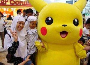 Pikachuu!   Gimana coba perasaan kamu saat bertemu dengan bintang film kesukaan? Histeris dong, ya.   Ini juga yang terjadi dengan putri saya. Ingin difoto bareng sama pikachu. Dengan de power of emak emak. Akhirnya bisa juga foto bareng pujaan hihi   Kalau kamu ketemu bintang pujaan gimana reaksinya?   #pikachu #bellmall #tinggaldijepang #tutiariensquad #clozetteid #travel #timetravel #throwback