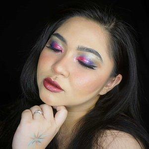 Ini makeup look base untuk makeup fireworks yang lalu 🎆.Itu yang ditangan percobaan bikin fireworks nya😂....#holidaymakeup #holiday #holidayseason #glammakeup #glitter #glittermakeup #wakeupandmakeup #makeupforbarbies  #indonesianbeautyblogger #undiscovered_muas @undiscovered_muas #clozetteid #colorful #makeupcreators #indonesianbeautyblogger #slave2beauty #coolmakeup #makeupvines #indobeautysquad #indobeautygram #fdbeauty #mua_army #fantasymakeupworld #100daysofmakeup