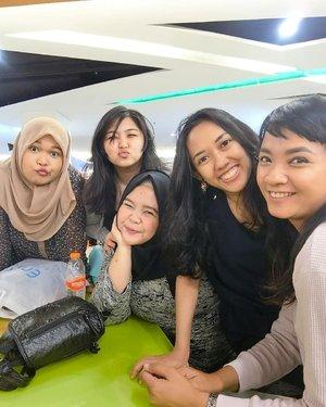 Dari kemarin gagal muluk mau post foto ini. Few days ago akhirnya berhasil ketemu @sophie_tobelly yg super sibuk, bareng @may_yossi @annisaqibtiah & @puspatf 😍.Cuma udah pada lemeeess wkwk. Semoga next time ketemu lagi ya pas lagi fit 😂😘....#friend #friendship #besties #girlfriend #girlsquad #girlsnightout #fun #iftar #meetup #clozetteid #bloggerceria #selfie #groupselfie