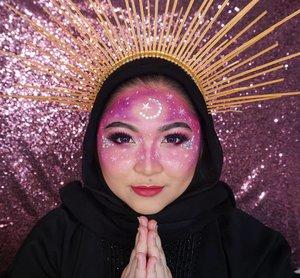 Happy Ramadhan you guys🙏❤ . Ini makeupnya inspired dari makeup starry night zodiak yang biru kemarinan, tapi with a twist of pink color dan ramadhan vibes. Makanya ada bulan bintang di kepala, tapi kebalik kalo dikamera, lupa akutu😂😂 yaudalah ya, tadi juga bikinnya super ngebut, pdhl tangan udah kaku lama ga makeup🙈 Jadi hasilnya agak jelek yaudalah yaaa🙂 . . . . #makeup #ramadhan2021 #ramadhan #star #starmakeup #mua_army #cchannelbeautyid #fdbeauty #clozetteid #happyramadan #ramadan #ramadan2021