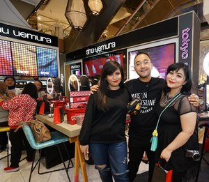 Yesterday at new concept Shu Uemura Store Sogo MKG grand opening! . Serunya mampir ke store Shu Uemura di MKG karena lagi banyak promo juga guys! Ada promo IDR 50k off, FREE petal brush 55, dan bahkan BUY 1 GET 1! So don't miss it 💕 #shuuemura #shuuemuraid #RD163 . 📷1st & 2nd pics: @motomulu . . . . #makeup #wakeupandmakeup #makeupforbarbies @makeupforbarbies #beautyblogger #beautybloggerindonesia #dressyourface #hudabeauty #undiscovered_muas #blogger #influencer #bloggerceria @bloggerceriaid #bloggermafia #clozetteid #fdbeauty #beauty #indobeautysquad @indobeautysquad #beautybloggerindonesia @tampilcantik #tampilcantik #beautyjunkie #makeupgeek #beautychannelid #beautiesquad @beautiesquad