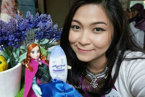 I'm at @sahabatmarina event  #HalalituSehat 🌟 Of course i'm with a company, today is Anna's turns to go out and she's really curious about Marina hand&body lotion 😍😍 #sahabatmarina #marinaxdream #anna #selfie #wefie #blogger #beautyblogger #indonesianbeautyblogger #beautyinfluencer #influencer #frozen #doll #love #disney #disneyprincess #event #auzoladollsdayout #clozetteid #purple