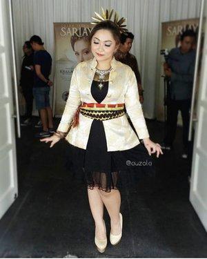 Throwback pas launching @sariayu_mt Krakatau years back. Omg, udah lama banget ga maduin outfit tradisional dan modern hahaha. Terakhir pas nikahan, baju acehnya desain roknya dimodif (dan diwujudkan sama Sofie). . It's fun maduin outfit begini actually ❤ . . . . #ootd #outfit #blazer #traditional #tradisional #modern #mixandmatch #mix #gold #indonesia #bajutradisional #outfitoftheday #lokal #local #fashion #daily #chubby #blogger #beautyblogger #influencer #bloggerceria #bloggermafia #clozetteid #promo #sale #outfits #outfitinspo #fashionpost