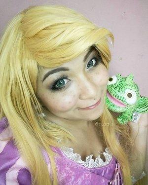 Oh pascal 😙 #disney #disneycosplay #disneyprincess #clozetteid #fotdibb #cosplay #princesscosplay #princess #rapunzel #rapunzelhair #goldenhair #flowergleamandglow #tangled #indonesia #jakarta #ihaveadream #cosplayindonesia #disneyindonesia #cosplayerindonesia #disneyindo #cosplaycouple #pascal #chameleon #flynnrider #eugenefitzherbert #rapunzelcosplay #rapunzelmakeup
