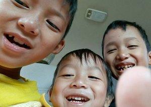 Like mother like sons. Di mobil tadi dalam perjalanan pulang dari Garut ke Jakarta, mereka wefiean. Ikutin mamahnya yang suka selfie 😅😂 #kidstagram #kidsdaily #kiddos #clozetteid #motherhood