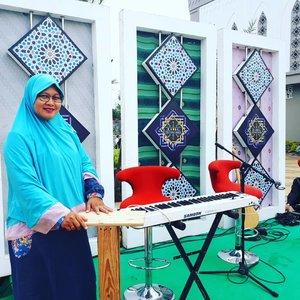Main ke rumah baru, ternyata lagi ada syuting dan pengajian #DamaiIndonesiaku TVOne. Di sini tempat pemain musik selingannya tapi berhubung panas, mereka berteduh dulu kalau pas ustaznya ceramah. Jadi saya nebeng foto aja seperti bu ibu yang lain 🤣🤣 Nonton nggak tadi siaran langsung Damai Indonesiaku di TV One? Siapa tau ada saya karena tadi berusaha disorot kamera dan drone 😆#weekend #sawangan #depok #tvone #clozetteid