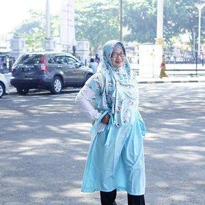 11 tahun lalu, menunggu suami yang sedang salat Jumat di sini di sela bulan madu. Hari ini, juga menunggu suami yang sedang salat Jumat di sini sambil membawa 3 anak. Munggahan sebelum puasa ke rumah mertua di Garut. Karena cinta harus terus dipupuk oleh kesalehan & ketaatan kepada-Nya. #garut #jawabarat #masjidagunggarut #clozetteID #hijabootd #ootdhijab #hijabers  Hijab @unastyleid  Tunik @evoletbyim