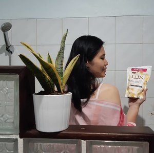 Perilaku hidup bersih dan sehat harus dimulai dari diri sendiri dimulai dari hal sederhana seperti sering mencuci tangan dan mandi minimal 2x sehari. Ditambah lagi pandemi virus yang membuat khawatir seantero jagad, saya yang mengandalkan ojol untuk transportasi harus senantiasa mandi dengan sabun yang bisa membersihkan tubuh secara menyeluruh.Nah ketemu deh saya dengan @lux_id Lux Botanicals Deeply Cleansed Skin Yuzu Blossom dengan Vitamin C Essence. Sabun cair ini terbuat dari bahan-bahan alami yang membersihkan secara menyeluruh dan keharumannya bikin fresh!Kandungan Vitamin C Essence-nya membuat kulit cerah tapi tetap lembab karena Lux Botanicals Yuzu Blossom juga mengandung Floral Beauty Oil. Kulit bersih, cerah, lembab dan bersinar bikin tambah cantik 🥰#ClozetteID#LUXBotanicalsXClozetteID#LetsGlowWithLux#LuxBotanicals