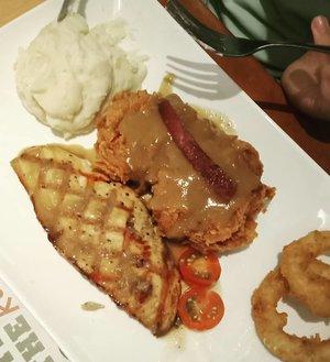 Malam mingguan pada makan apa nih gaes? Apa pun makanannya yang penting makannya sama kamu 😂 . Norwegian salmon @tamani_cafe dengan berbagai pilihan saus rasanya cocok di lidah .. ... #ClozetteID #onthetable #foodporn #foodpornshare #instafood #foodstagram #foodgasm #salmonsteak #steak #dinner #makandiTamani #tamanicafe