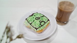 "Bahkan @krispykremeid pun demam #worldcup2018 😁.Oh iya, kalian sering minum kopi bubuk instant dalam kemasan sachet yang biasanya sudah dicampur gula? Kalau iya, buruan deh nonton IG TV saya yang berjudul ""Trik memisahkan gula dari kopi bubuk instan""..Semoga bermanfaat! 😊...#clozetteid #coffee#tryitordiet#coffee_inst#lesssugar#fitnfab#anakkopi#hobikopi#ichoose#sharingiscaring"
