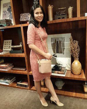 Last Saturday outfit, went to my cousin's wedding reception with #BSAloBag @buttonscarves 🙂 . What do you think? Yay or Nay? .. Bucket bag ini walau keliatan kecil tapi muat banyak apalagi barang perintilan anak kecil yang masih bebawaan botol minum 😂 ... #ClozetteID #buttonscarves #moodygrams #CreateMoments #lovelymoments #goodvibes #happinessmood #seizetheday #blessed #turnt #itslit