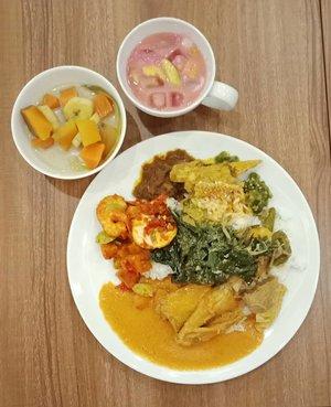 Setelah melewati 2 hari dengan deadline pekerjaan sebagai influencer, waktunya makan enak dan bebaskaaaan ajaaa! . Kalian berbuka puasa pakai apa hari ini? Tetap semangat puasanya 💪 .. ... #ClozetteID #foodporn #foodpornshare #instafood #foodstagram #eeeeeeats #EatFamous #nasipadang #onthetable #flatlay #tryitordiet