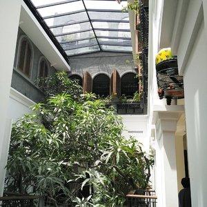 Hello sunshine! This place is instagenic . .. ... #fromwhereistand #ClozetteID #BloggerBabesID #BloggerBabes #lifestyleinfluencer #storyportrait #whileinbetween #worktakesmeplaces #plataranmenteng #platarandharmawangsa #architecture #design