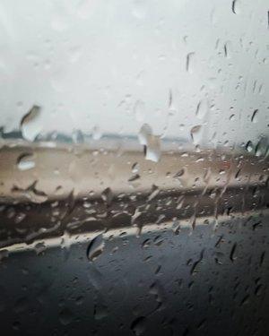 """Setiap 🌧 turun,  doa yang sama terucap, """"Semoga hujan dapat memberikan kehidupan baru bagi bumi dan isinya serta tidak menimbulkan banjir"""". Tapi setelah saya renungkan kembali agaknya doa saya salah. Hujan turun juga akibat ulah manusia, saya, kamu, kita!.23.02.20 🌧 hujan turun sejak 04:00..Semoga saya, kamu, kita bisa berlaku bijak atas semua yang telah disediakan Sang Pencipta 🙏...#ClozetteID#fromwhereistand#insta#Jakarta#live#nature#rain#instadaily#igers#portrait"""
