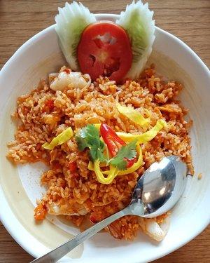 Bon appetite! Ini nasi goreng Tom Yum 👌 . Porsinya bisa buat makan 2 orang 😁 .. ... #ClozetteID #AsianFood #EatFamous #thaifood #eeeeeeats #tryitordiet #foodgasm #foodism #foodporn #foodpornshare #friedrice