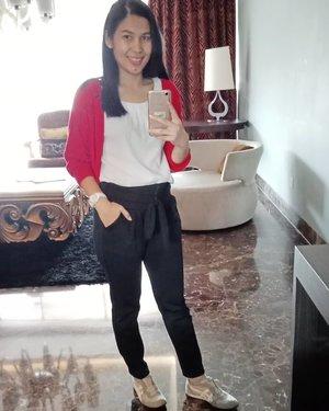 Good morning week end! . Sharing my #ootd Bolero unbranded, bought it at ITC maybe Blouse @zara @sirkel.id Pants @nayya.id Shoes @onitsukatigerindonesia .. Have a great week end everyone! ... #ClozetteID #outfitoftheday #wiwt #whatiweartoday #zarawoman #OnitsukaTigerID #ShamelessSelfie #selfie #bluronpurpose #moodygrams
