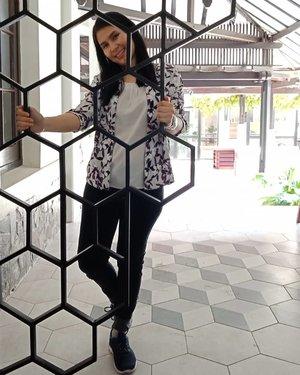 Current mood 😴🌤 . Have a great week end everyone! .. 📷 @ngierenata #instagramgirlfriend ... #ClozetteID #saturdayvibes #moodygrams #berrybenka #MeandBerrybenka #fossilstyle #womensstyle #fossil #skechersindonesia #skechersidn #beehive