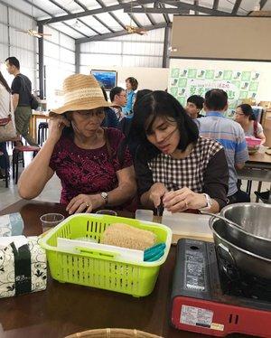 Ada yang sibuk banget motongin gelatin buat bikin DIY soap bar 😂 . Seseruan di Taoshe Agricultural dan saya jadi tau cara bikin sabun sendiri yang bahannya ternyata sederhana banget! .. ... #ClozetteID #DIY #doityourself #wheninTaipei #wheninTaiwan #neiiTWtrip #exploretaiwan #wanderlust #travelgram #instatravel #travel