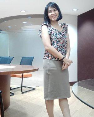 Udah senyumin aja walau Jumat malam macet gila-gilaan di Jakarta 😂 . Have a nice week end everyone! .. ... #ClozetteID #lebijoushop #ootdindo #style #styleinspo #girlboss #bossbabe #9to5chic  #floral #instagood #outfitinspiration