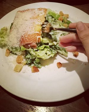 @loewyjakarta's Caesar salad with salmon. Rich in cheese but that makes it too salty for me 😂......#ClozetteID#instafood#foodstagram#foodpornshare#foodporn#dinner#eeeeeeats#tryitordiet#salmon#caesarsalad#handsinframe