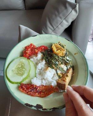 Saya kalau makan #dirumahaja emang paling suka pakai piring jadul 😆 . Kalian makan siang apa hari ini? Jangan telat makan ya, jaga kesehatan semuanya 🤗 .. ... #ClozetteID #handsonframe #fromwhereisit #lunch #instadaily #nasipadang #eeeeeeats #AsianFood #instafood  #foodgasm