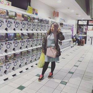 Life is like gachapon, you never know what you get until you open it 😁 #qotd #gachapon #kokusaidori #okinawa #outfitoftheday Dress #uniqlo,?Legging #uniqlo, Jacket #Murua, shoes #asics, bag #silvermoon #ootd #clozetteid #MissEhara #沖縄 #ガチャポン #今日の服装 #髪型