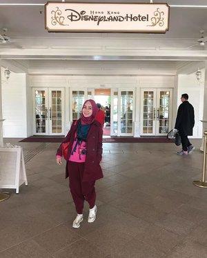 Menurut informasi, kalau nginep di hong kong disneyland hotel kita bisa menikmati disneyland selama dua hari berturut-turut. Disediakan bis dari hotel untuk menuju disneylandnya. --- Di dalam disneyland hotel ini, terdapat toko souvenir yang menjual segala sesuatu bertema disney. --- #shortvacation #shortescape #thehermawansjourney #thehermawansgotoHK #triptoHK #hijabtraveller #travellingwithhijab #travellingwithstyle #clozetteid #hongkongtrip