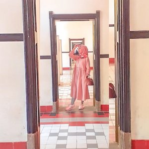 LAWANG SEWU⠀⠀Ini pertama kalinya aku ke Semarang dan ke Lawang Sewu. Sebelum berangkat, sempat denger cerita tentang kehororan Lawang Sewu.⠀⠀Saking takutnya, aku enggak mau diajak kesana pas malam hari. Tapi ternyata alhamdulillah enggak horor. Malah rame banget jadi enggak berasa horor sama sekali.⠀⠀Btw, ada yang pernah iseng ngitungin jumlah pintunya yang katanya ada sewu atau seribu?⠀⠀#clozetteid #momblogger #lifestyleblogger #ootdnyabundawian #lawangsewusemarang
