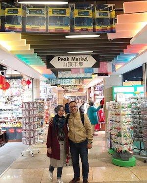 Masih ingat the peak tram? Kereta yang di tarik ke atas hampir 180 derajat. Tram ini akan mengantarkan kita ke the peak. Keluar dari tram, kita akan menemui peak market,  tempat menjual aneka souvenir dengan harga yang nggak bisa di tawar lagi. --- #clozetteid #thepeaktram #thepeakhongkong #peakmarket #travellingwithstyle #hongkong #hongkongtrip #travellingwithhijab #hijabtraveller #thehermawansgotoHK #thehermawansjourney #shortescape #shortvacation