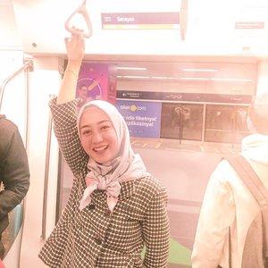 Akhirnya nyoba naik MRT dong!!!!⠀⠀Hahaha. Bukan sombong, tapi bangga!Iya lah bangga banget Jakarta bisa punya MRT kayak gini.⠀⠀Pertama kali masuk ke dalam stasiun dan setiap langkah kaki menyusuri stasiun menuju MRT, asli berasa falsh back waktu geret-geret koper dan lari-larian di stasiun Jepang kemarin.⠀⠀Entah karena enggak bisa move on atau gimana. Pun saat di dalam MRTnya. Otak dan hati berasa di perjalanan menuju suatu tempat di Jepang. 😍😍⠀⠀So far, masih bersih stasiun dan MRTnya. Semoga bisa terjaga terus ya..⠀⠀Kalian udah nyoba naik MRT belum?..#mrtjakarta #naikmrt #lifestyleblogger #clozetteid #officelook