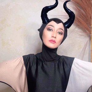MALEFICENT⠀⠀Ya ampuunn susah banget ternyata bikin efek pipinya Mba Jolie di Maleficent.⠀⠀Tanduk dan warna soft lense edited ya. Foto asli ada di next photo. Please take a look.⠀⠀Jadi disini aku coba apply eye shadow ala smokey eyes, alis dibikin lebih naik daripada biasanya, jidat sampe dagu aku cat hitam untuk efek rahang kotak (tapi masih kurang), bibir aku bikin sedikit lebar dan tipis disamping (kurang tipis 😅)⠀⠀#clozetteid #wianmainbrush #makeupnyabundawian #maleficent #makeupenthusiast