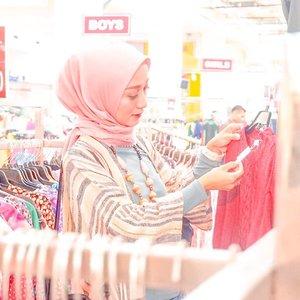 PERSIAPAN WINTER TRIP⠀⠀Excited banget mempersiapkan segala keperluan untuk travelling, apalagi travellingnya saat winter 😍. Jangan lupa bawa jaket musim dingin yang proper supaya nyaman dan tetap fashionable 👌⠀⠀Aku mendapatkan jaket musim dingin dengan lapisan bulu angsa di  pusat factory outlet di Jakarta dengan harga bersahabat.⠀⠀Jakarta punya loh pusat factory outlet 🥰. Kepoin blog aku ya untuk tahu lebih lanjut 😘⠀⠀#clozetteid #jaketmusimdinginmurah #momblogger #lifestyleblogger #fashionblogger #pusatfojakarta