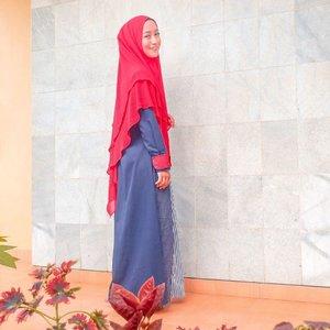 Selalu ada hal baru untuk dicoba. Mencoba untuk keluar dari zona nyaman dalam hal berpakaian.Di lebaran kali ini mencoba untuk memakai hijab panjang seperti ini.Meskipun sepertinya belum bisa seterusnya memakai hijab seperti ini, tapi jujur, ini nyaman banget ternyata 😍#clozetteid #lifestyleblogger #momblogger #styleofbundawian #fashionblogger #hijabfashion #fashionista #fashionaddict #hijabootd #ootd #ootdhijab