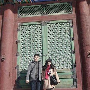 Sipit couple 💑💑💑 . . . . #throwback #gyeongbokgung #gyeongbokgungpalace #seoul #lynegoestokorea #wonderfullyngetaway #lyne #wonderfullyn #clozetteid