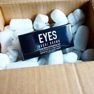 Finally arrived! 🎁  This @bobbibrown Long-Wear Gel Eyeliner set consists of 2 gel eyeliners (Black Ink and Sepia Ink) & 1 mini ultra fine eyeliner brush 💕  #bobbibrown #bobbibrowngeleyeliner #newbaby #lynebeauty #makeupjunkie #ClozetteID #FDbeauty #eyeliner #bobbibrowncosmetics #beautybblogger #bblogger #indonesia #indonesiabeautyblogger #newmakeup #moodbooster #lol